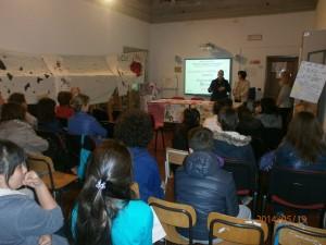 L'Assessore alle politiche sociali, Dott.ssa Sabrina Massini,  e il DS Dott.ssa Maria Giovanna Fabianelli introducono ai genitori il tema del'incontro  del 19 maggio 2014